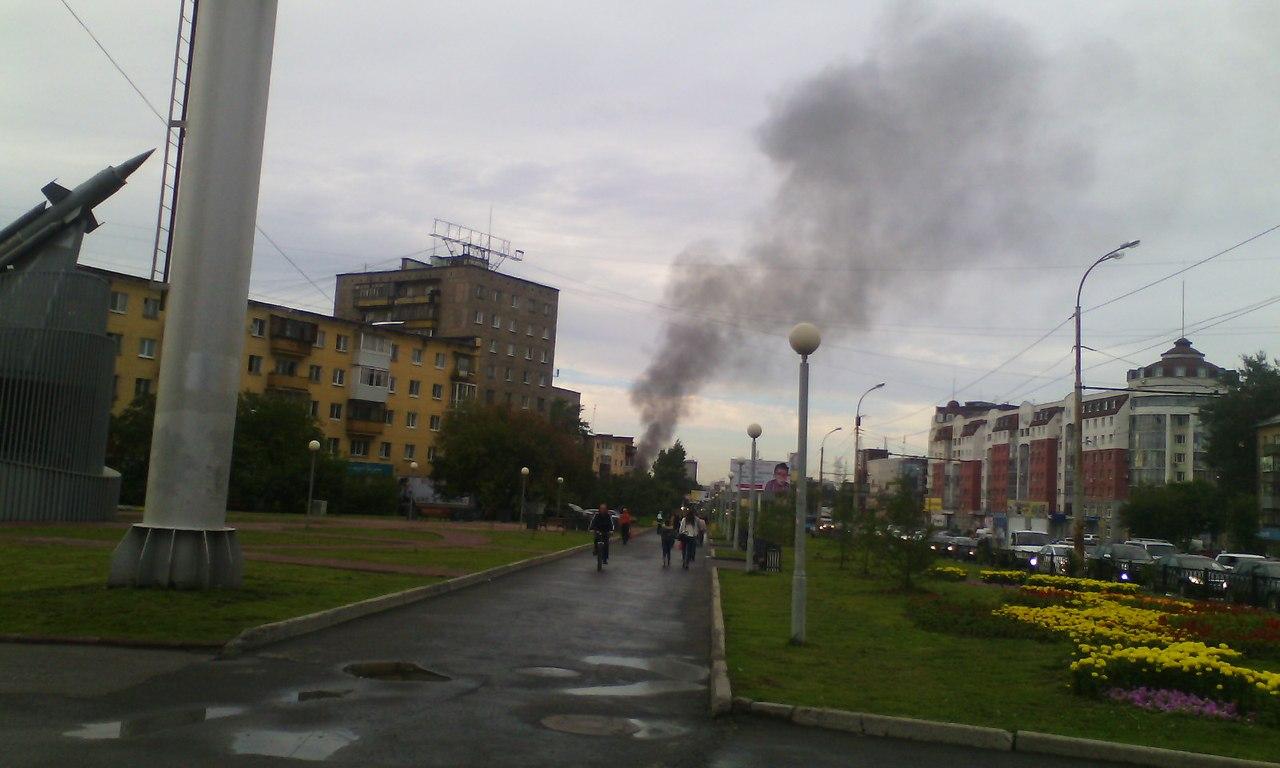 На Уралмаше полыхает здание рядом с ТЦ «Омега»