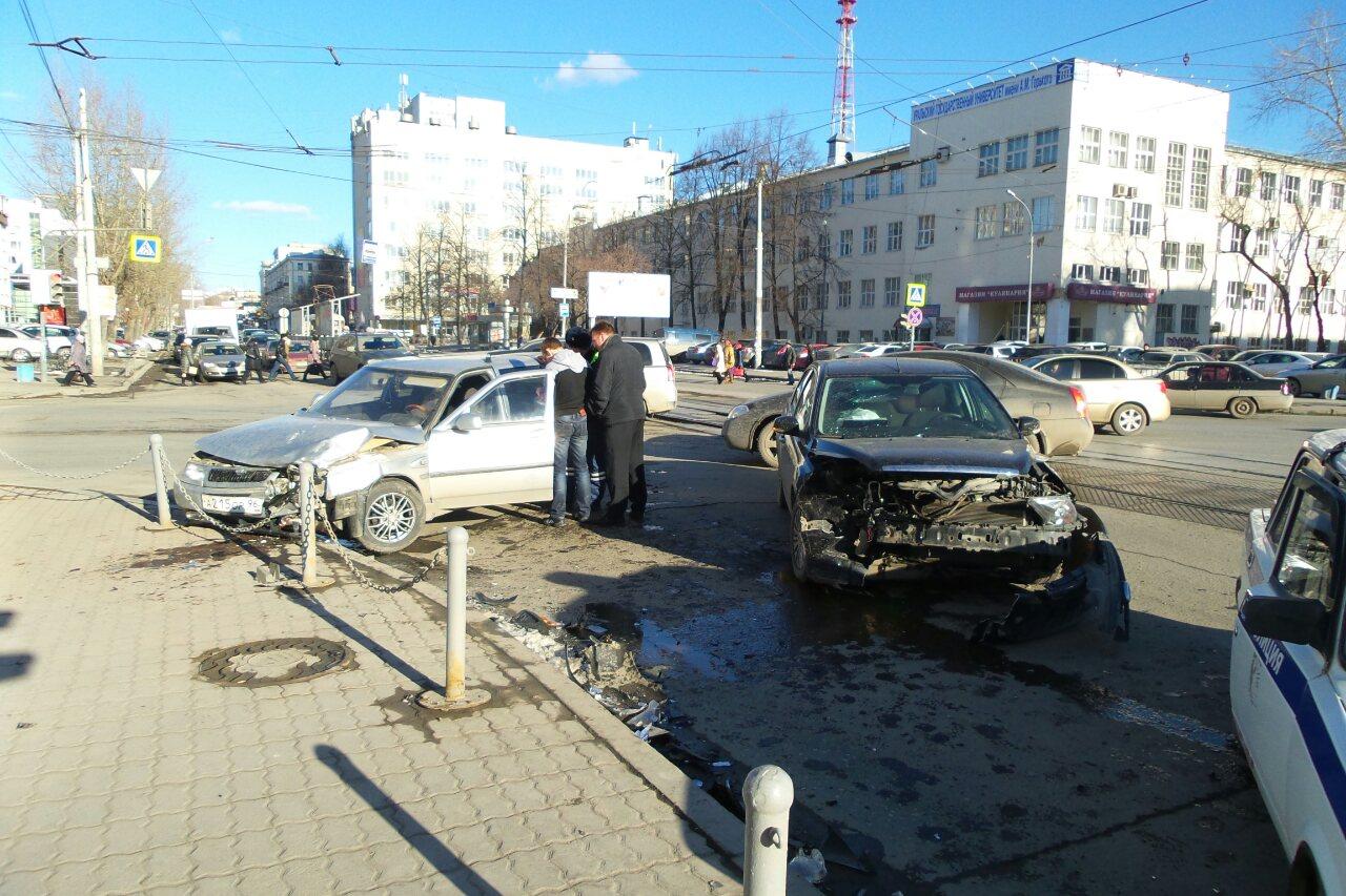 Летел на мигающий светофор: на Куйбышева столкнулись Ford и ВАЗ