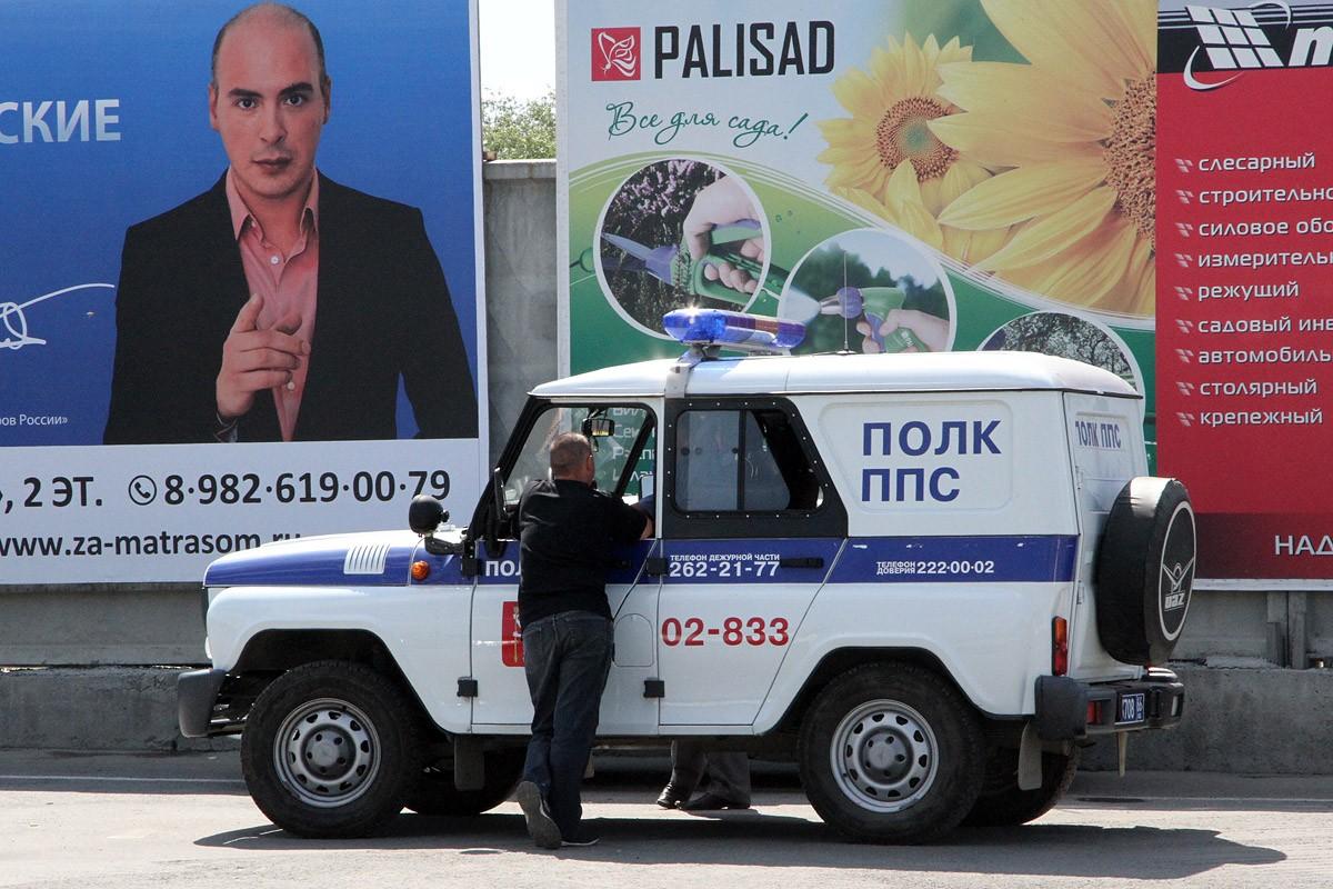 Утром на ВИЗе водитель стрелял в полицейских