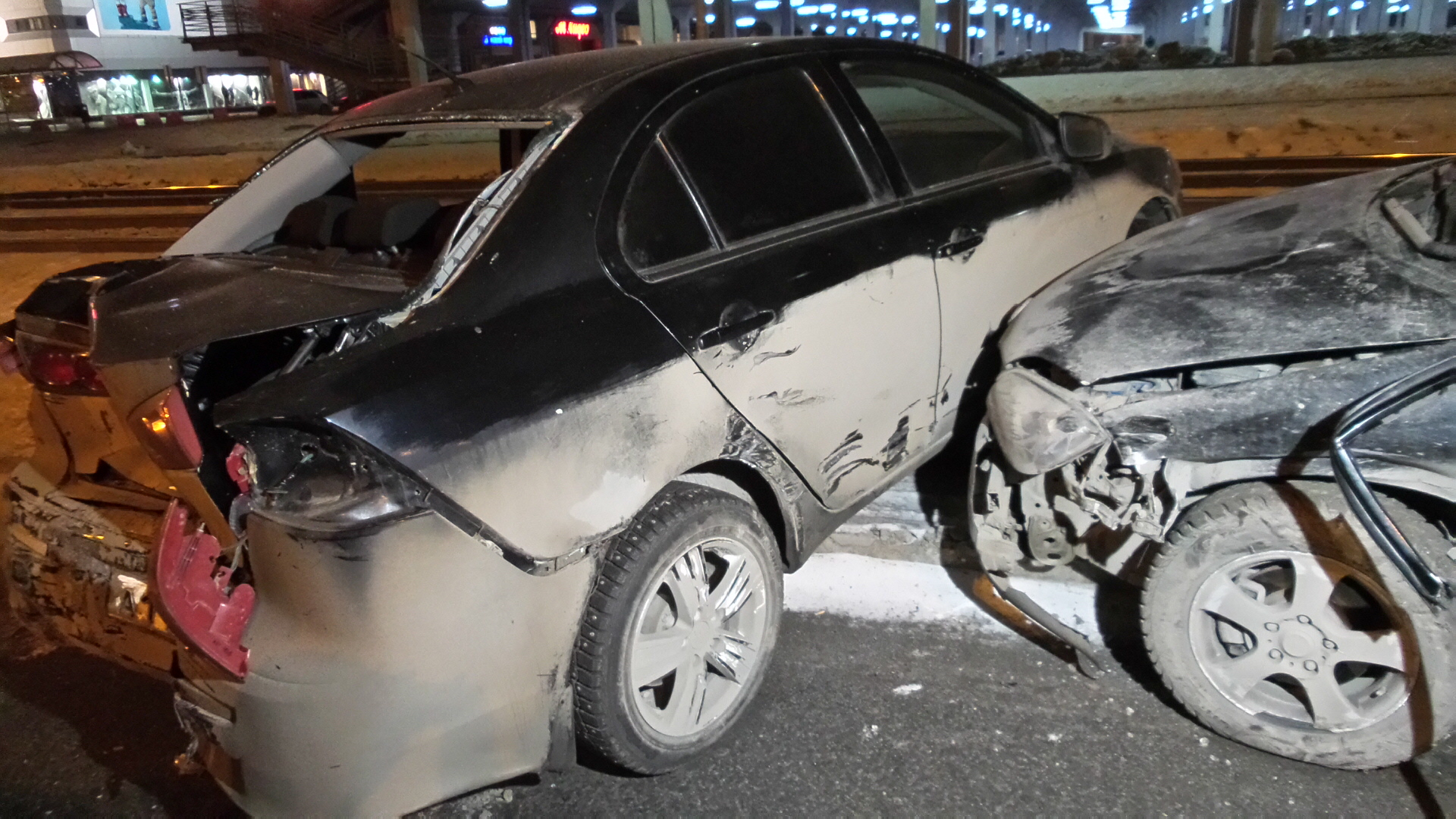 Возле «Карнавала» водитель на Nissan протаранил Mitsubishi и ушел с места ДТП