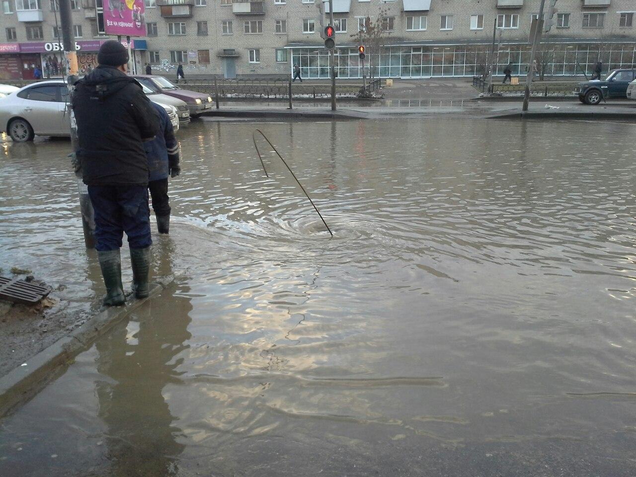 Сотни жителей Уралмаша остались без воды из-за утреннего потопа