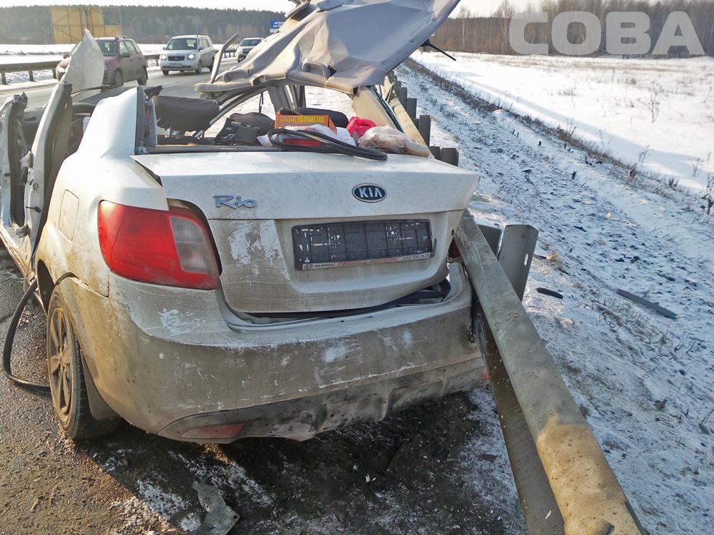 Водитель Kia чудом остался жив после столкновения с тягачом на ЕКАД
