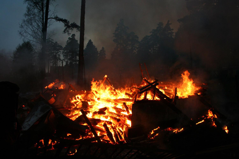 В саду на Семи Ключах сгорели два участка и три машины