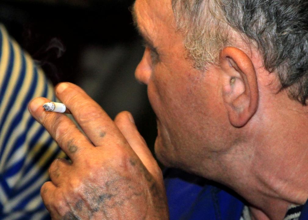 В Латвии родителям запретили курить при детях