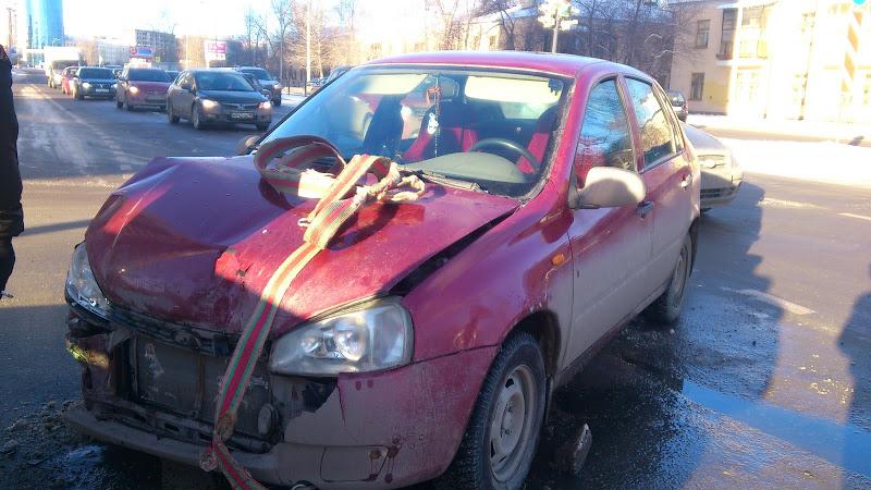 На перекрестке Саввы Белых — Луганская «Лада» врезалась в Nissan