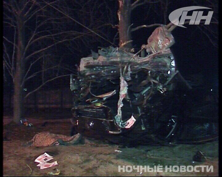 На Амундсена BMW на огромной скорости врезался в дерево