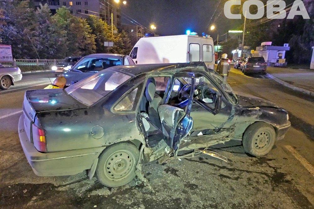 На ВИЗе водитель Opel спровоцировала ДТП, поворачивая на красный