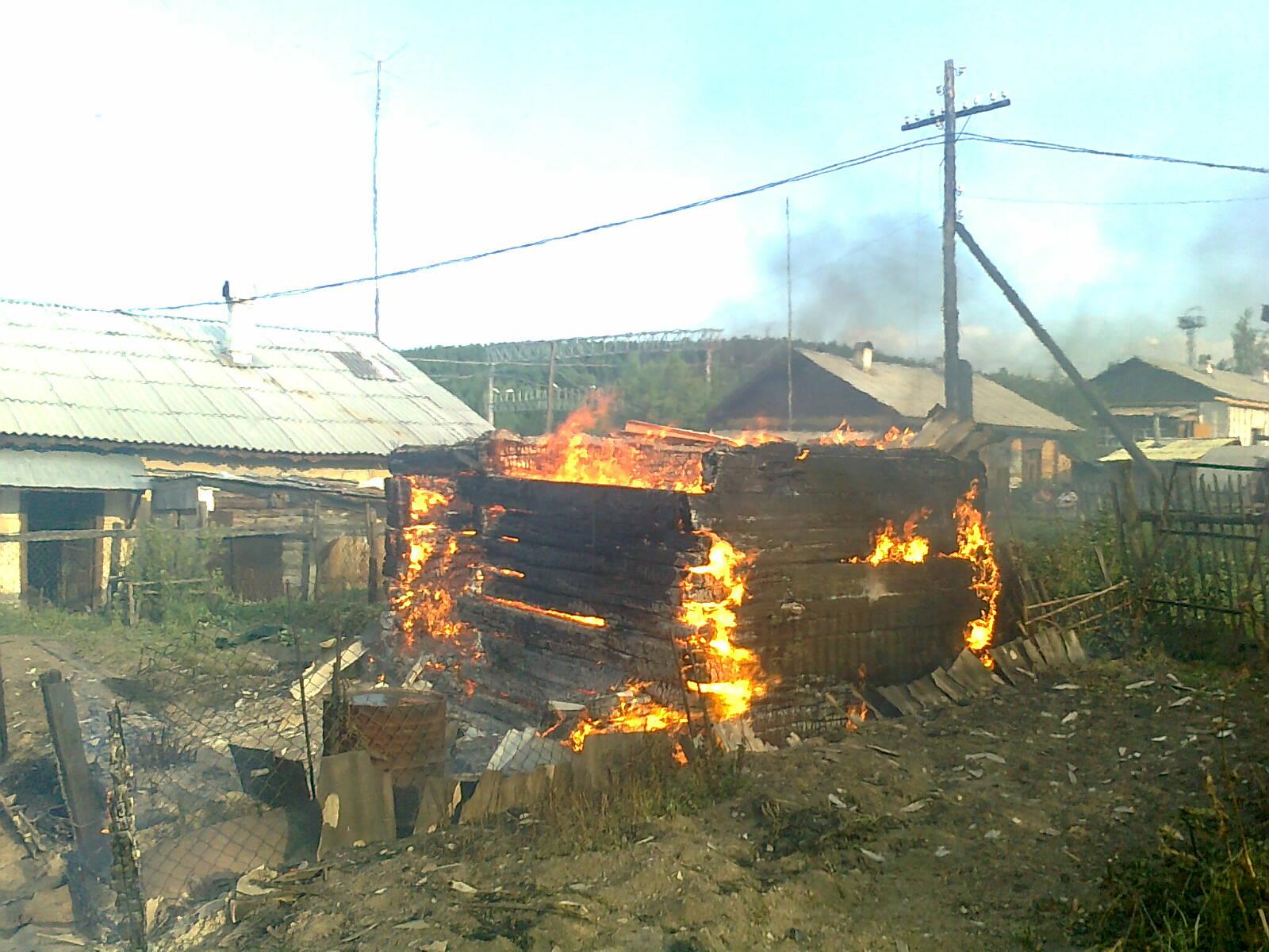 Двухэтажный барак горит в поселке Исеть