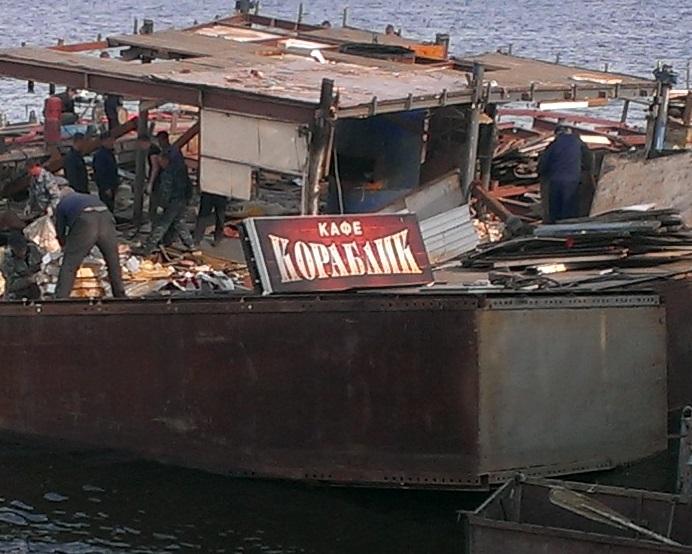 На Исети спешно разбирают кафе «Кораблик»