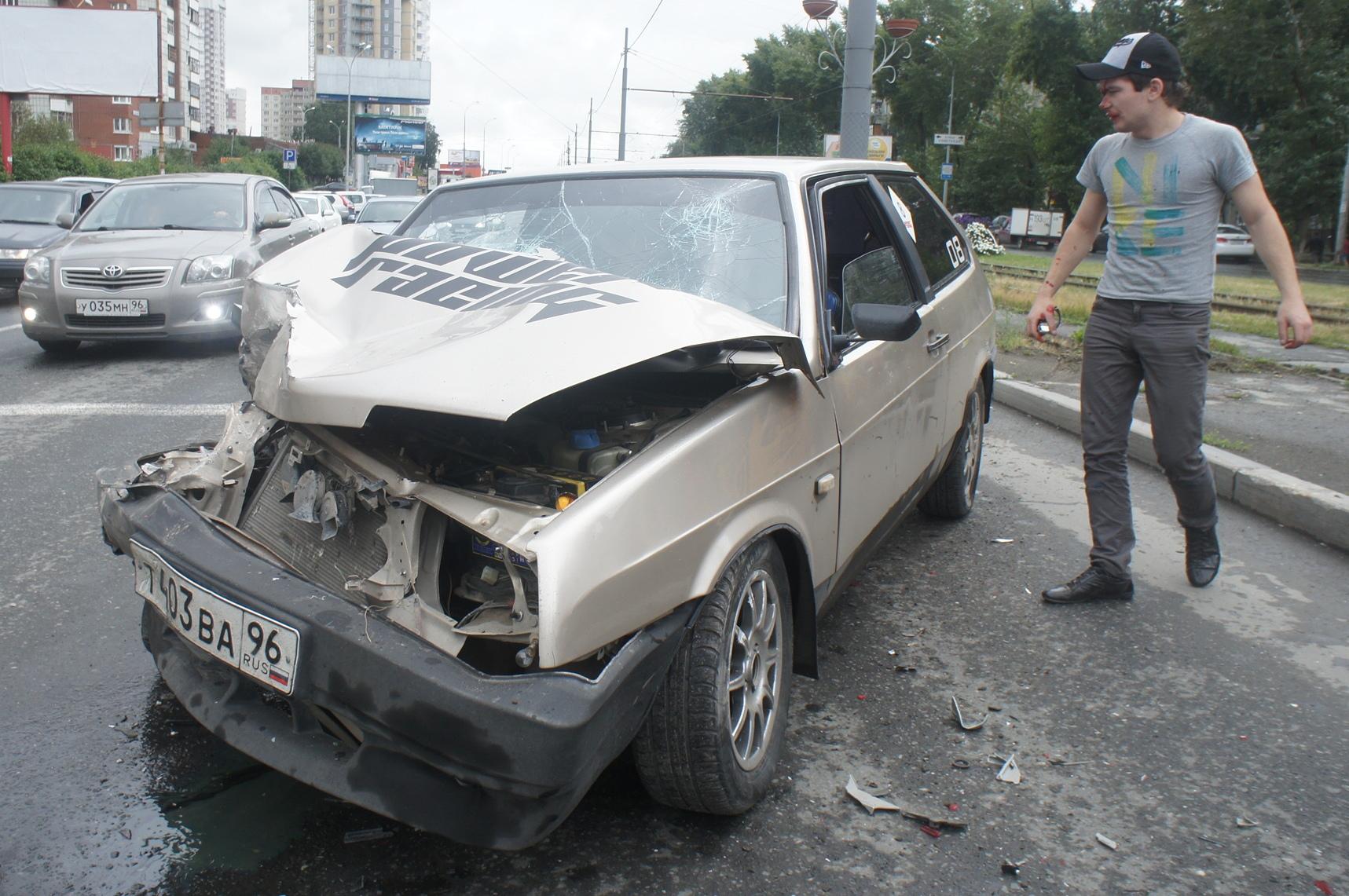 В ДТП на Уральской пострадали водитель и пассажир ВАЗа