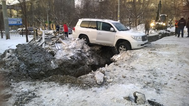На Комсомольской Land Cruiser угодил в траншею, которую ночью вырыли ремонтники