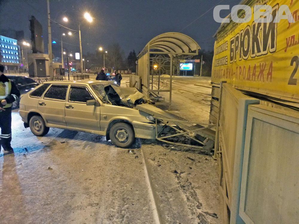 Возле цирка ВАЗ врезался в трамвайную остановку