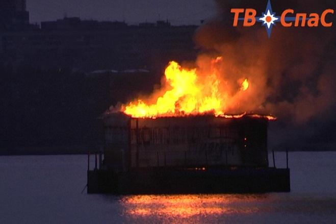 На Визовском пруду сгорела «плавучая баня»