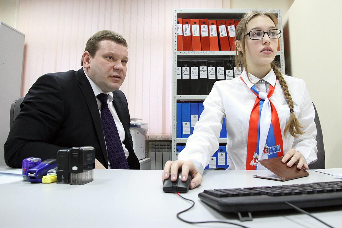 С «Камри» на трамвай? Свердловский министр без очереди оформил электронную карту