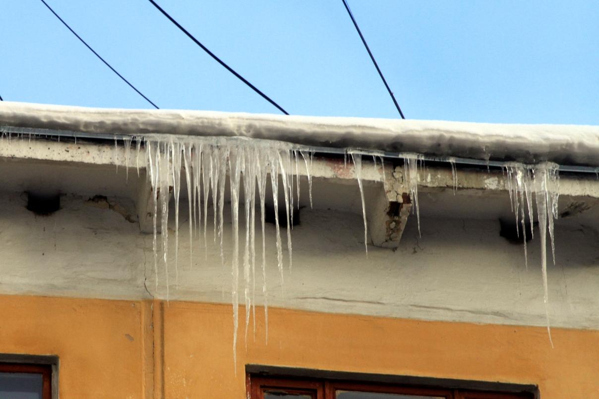 Мэрия заставит коммунальщиков очищать крыши от сосулек
