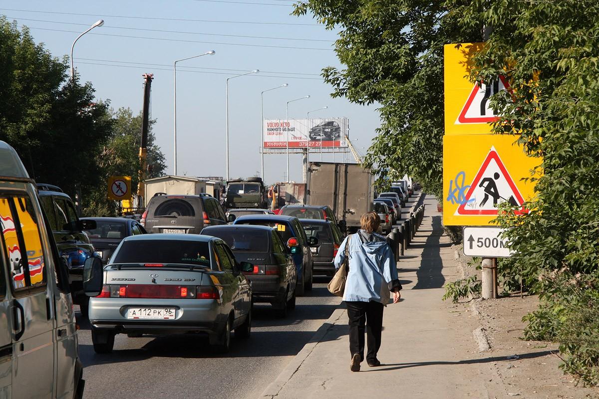 Московский тракт встал в пробке из-за дорожного ремонта