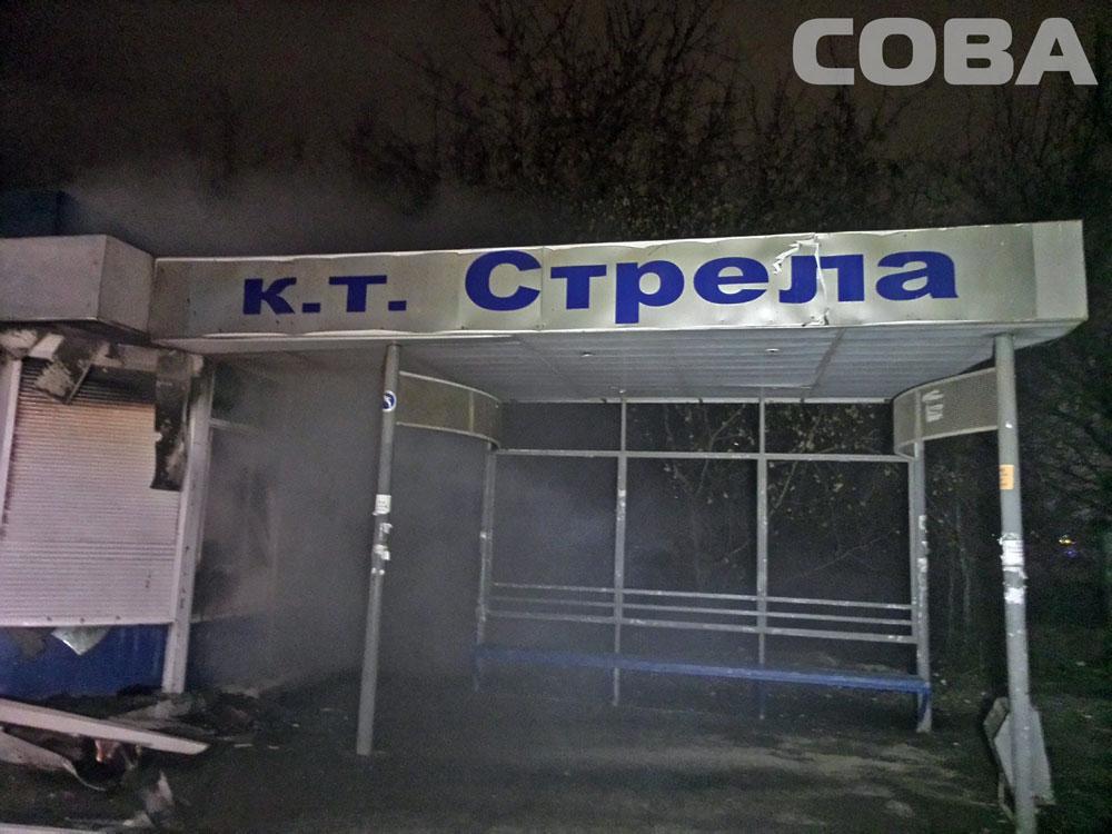 Пожарные три часа тушили автобусную остановку на улице Летчиков