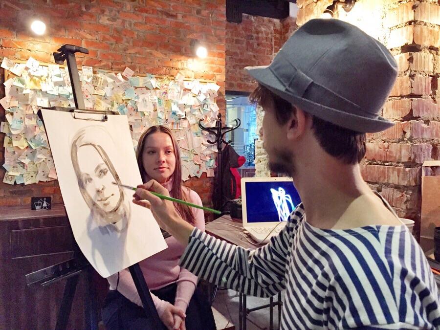 Художник, который не пользуется деньгами, напишет портреты екатеринбуржцев в обмен на вещи