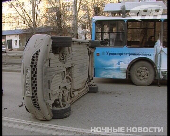 На Белинского ВАЗ опрокинул иномарку