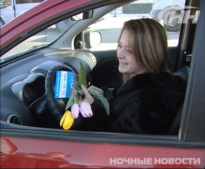 Возле УПИ гаишники вручили тюльпаны нарушительницам ПДД