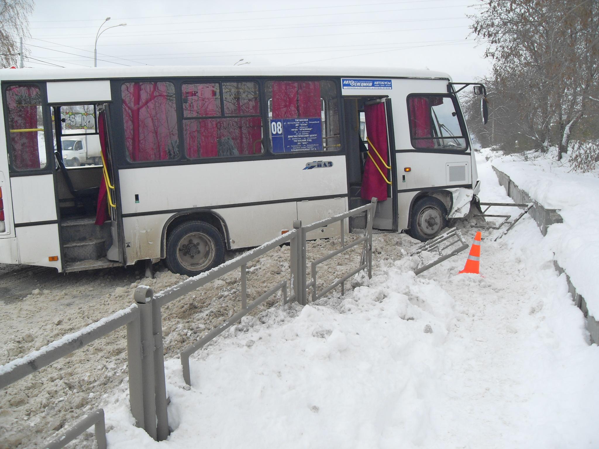 На Уралмаше маршрутка уронила забор на пенсионера