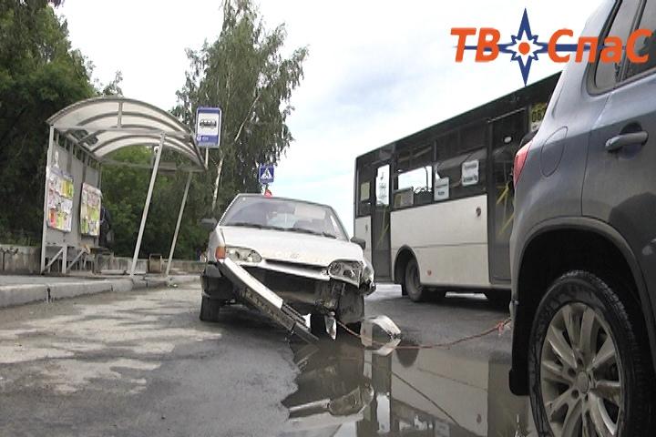 Девушка на Lada врезалась в остановку «Высоцкого»