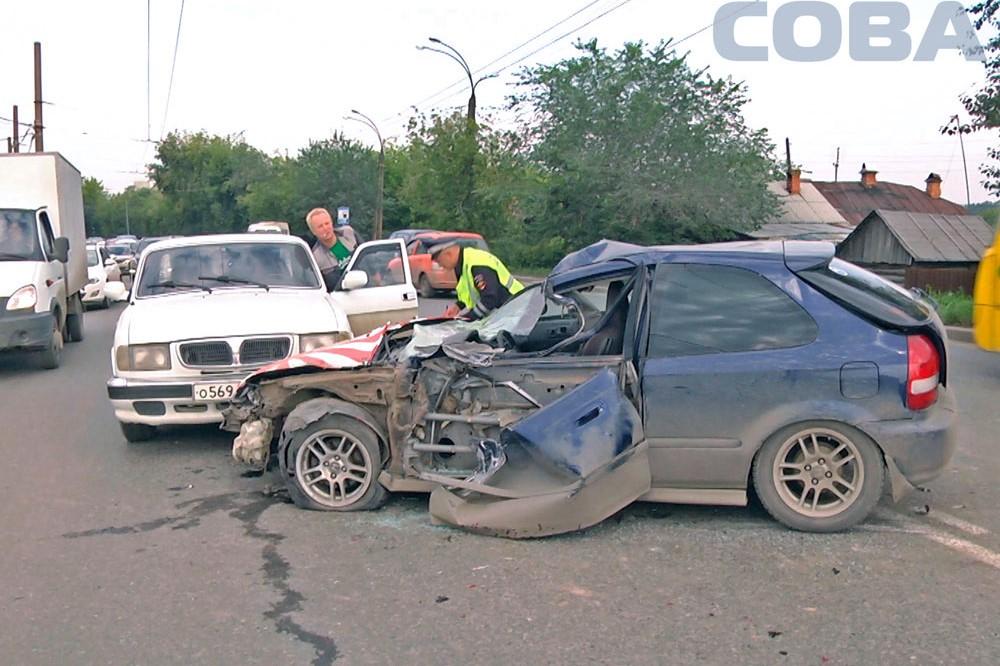 Лихач на иномарке устроил массовую аварию на Щербакова