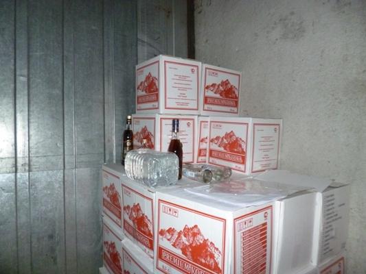 Полицейские нашли в гараже на Чистопольской 11 тысяч литров контрафактного алкоголя