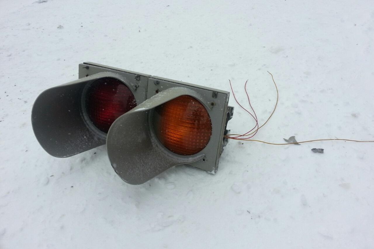 В центре Екатеринбурга ветром сорвало светофор