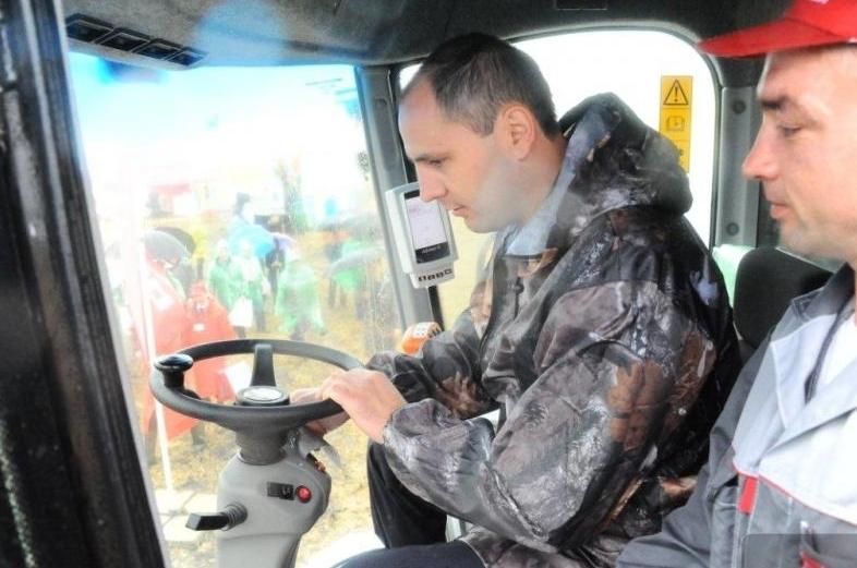 Денис Паслер показал комбайнерам, как надо убирать урожай