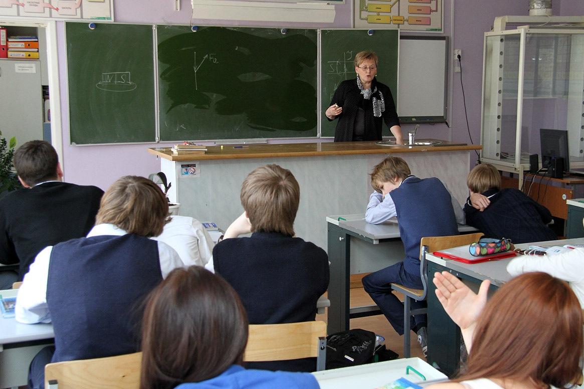 Тупая уравниловка. Облправительство сокращает зарплату учителям Екатеринбурга