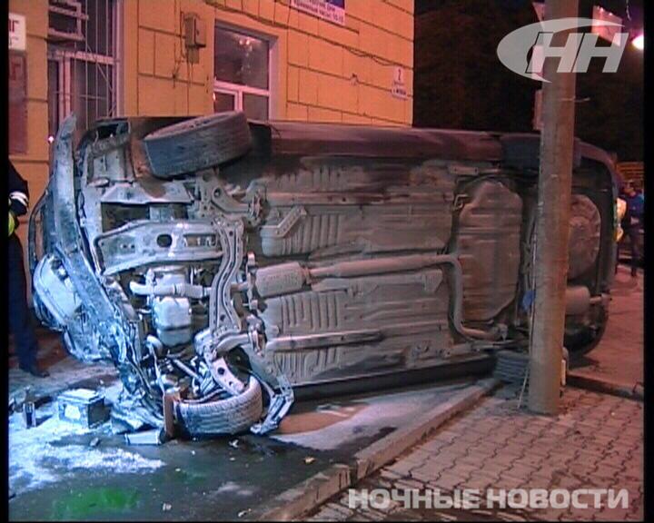 Ночью в центре Екатеринбурга иномарка сбила светофор