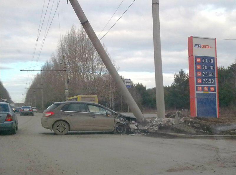 Легковушку намотало на железобетонный столб у автозаправки на Амундсена