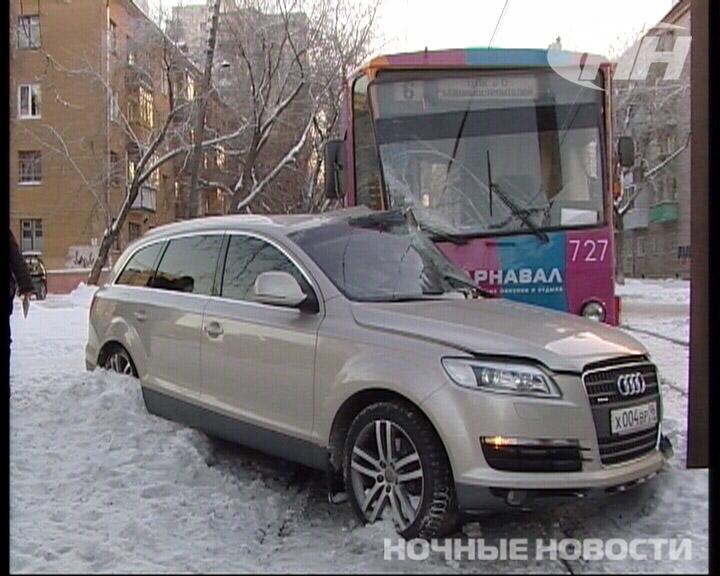 На ВИЗе водитель трамвая протаранил Audi Q7