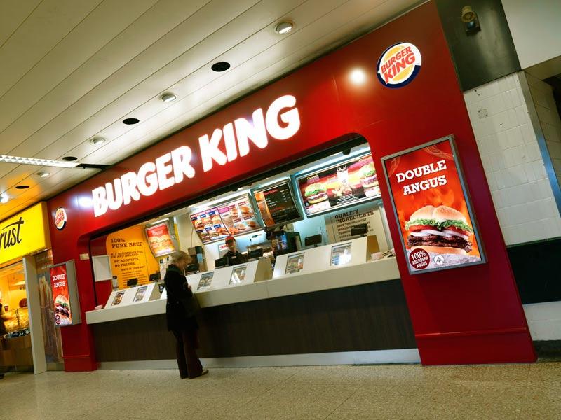 Повздорили из-за столов: в Burger King на Вайнера подростки устроили массовую драку