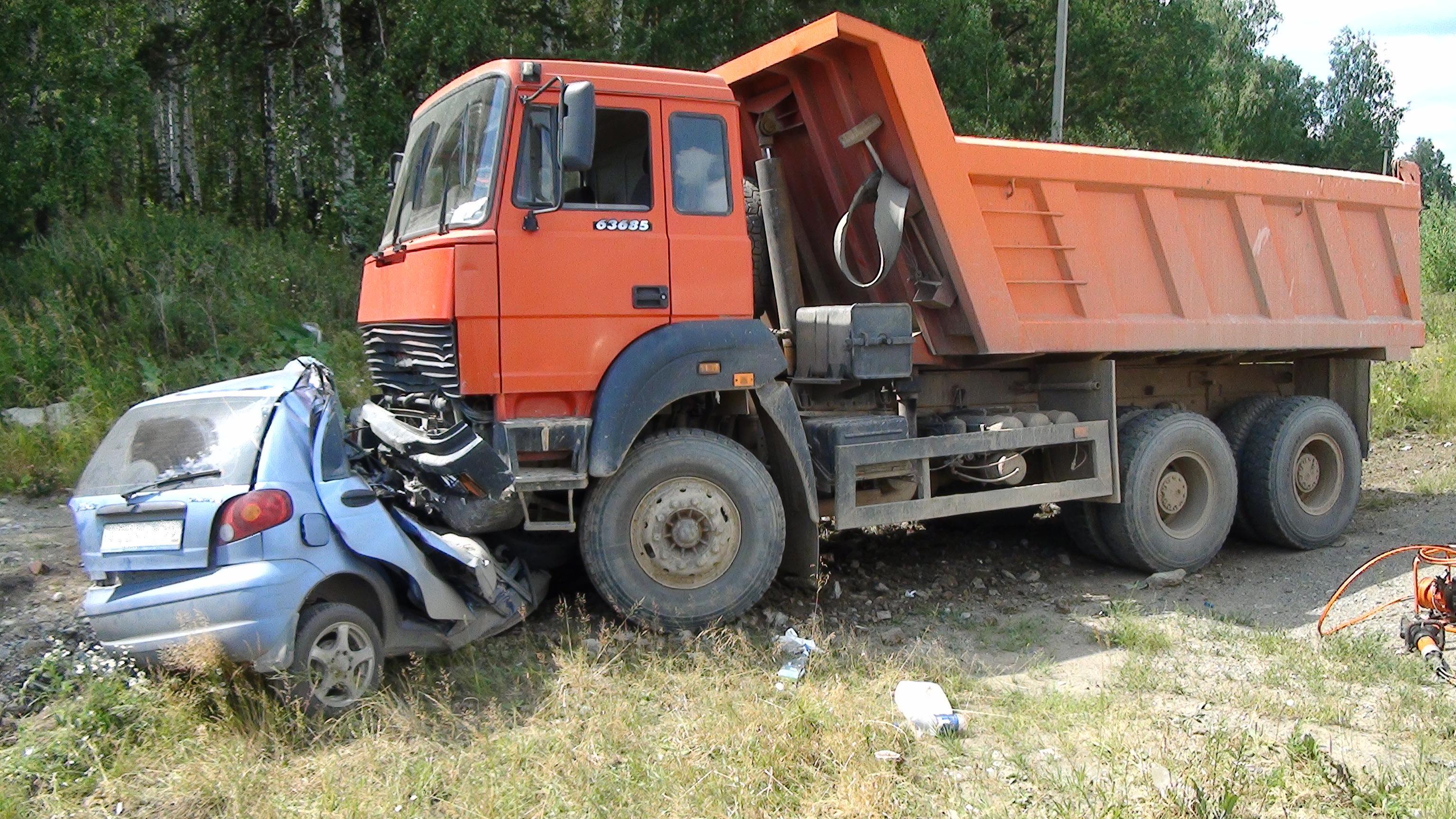 Водитель Daewoo Matiz погиб, въехав под самосвал