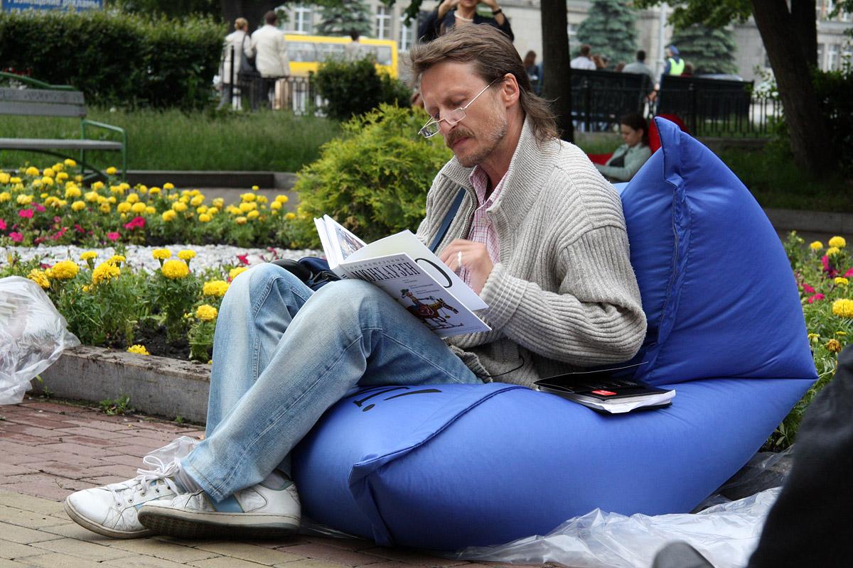 Екатеринбуржцев призывают читать книги на улице