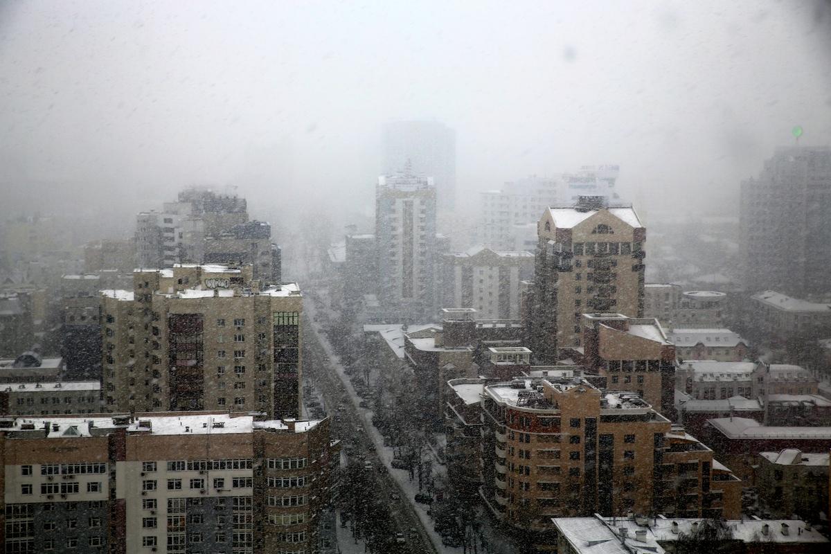 Заметает зима: на Екатеринбург обрушился снегопад