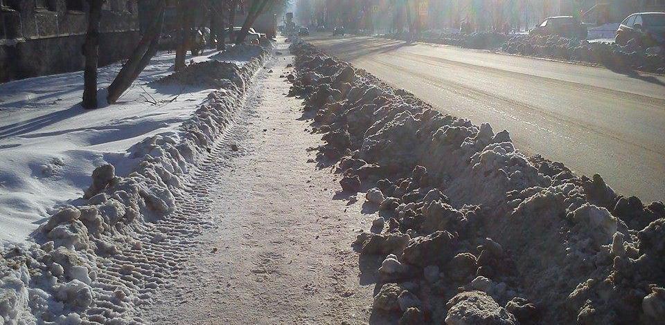 Круговорот работ: на Уралмаше коммунальщики кидают снег с тротуара на дорогу и обратно