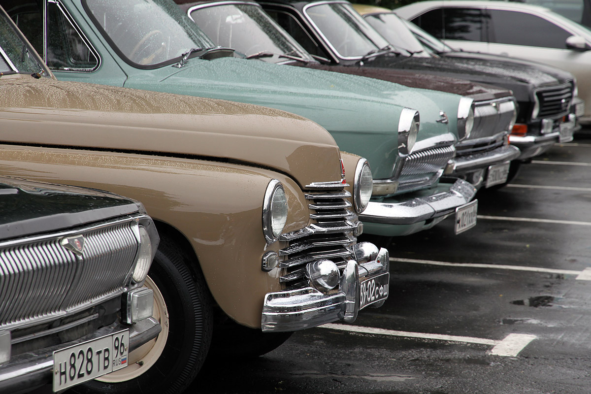 Ровесники века. Коллекцию раритетных авто вывели на прогулку по Екатеринбургу