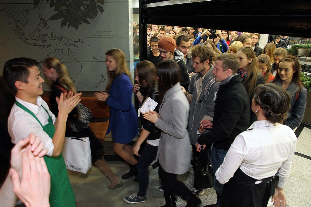 354 литра бесплатного кофе и 300 метров очередей: в Екатеринбурге открылся Starbucks