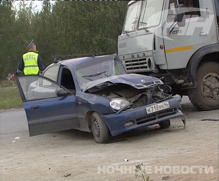 В Екатеринбурге ZAZ угодил под КамАЗ, сбегая с места ДТП