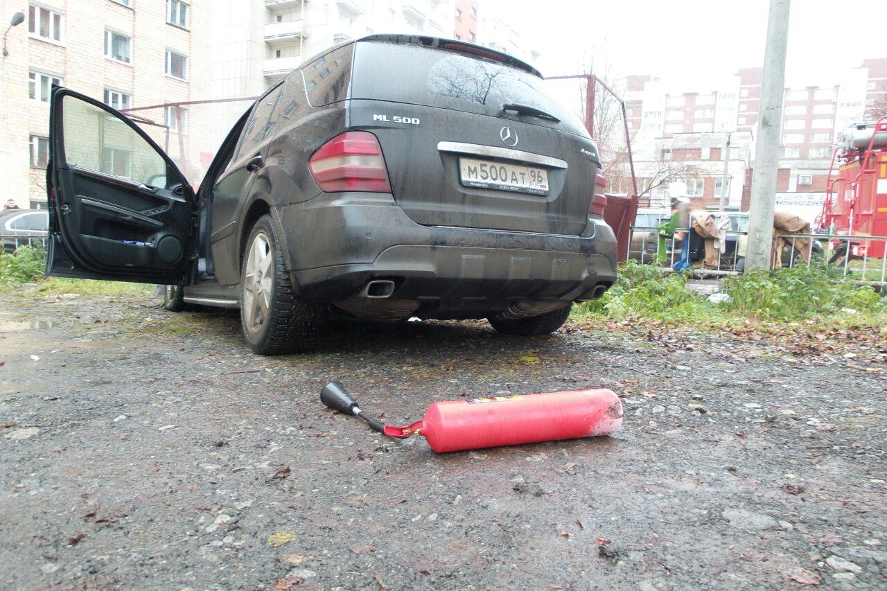 На Чайковского мужчина поджег машину директора УК «Ремстройкомплекс» и убежал