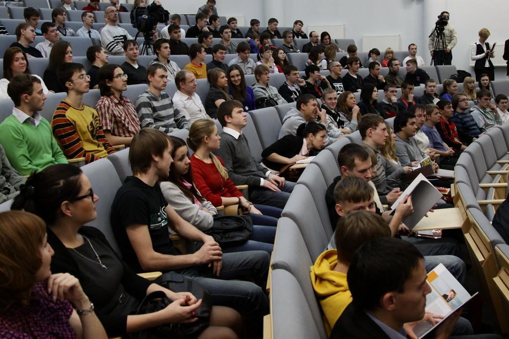 Медведев повысил стипендии российским студентам