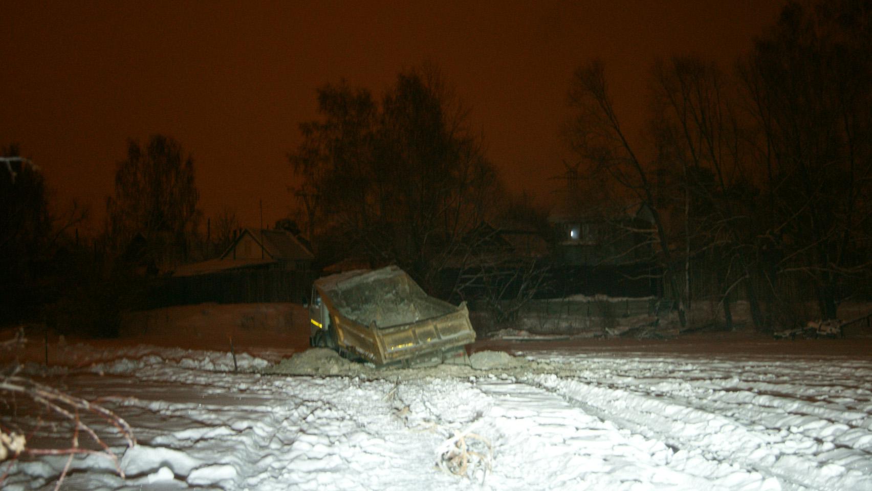 В Екатеринбурге под лед пруда провалился КамАЗ
