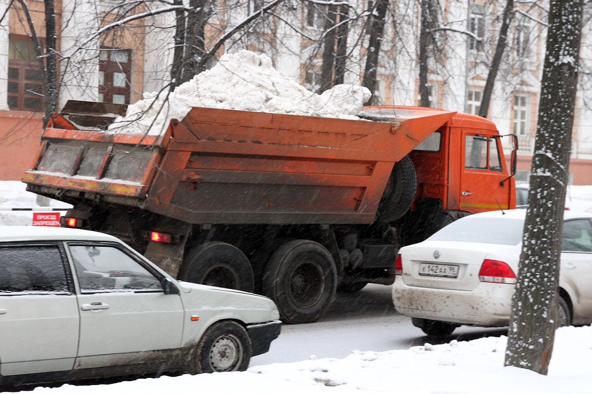 За ночь с улиц Екатеринбурга вывезли 2 311 тонн снега