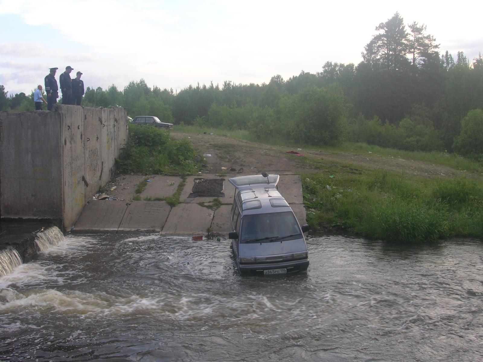 В Нижнем Тагиле микроавтобус скатился в реку и убил человека