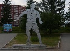 У Центрального стадиона Volvo сбил железного футболиста