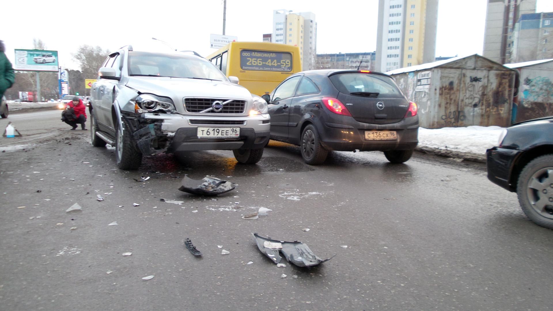 На Московской девушка на Daewoo Nexia протаранила Volvo