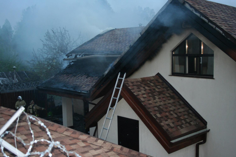 На Рощинской сгорел особняк